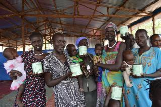 South Sudanese refugees received canned meat in Ethiopia