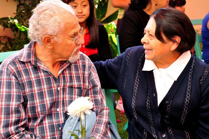 Guillermo Villaseñor, member of INESIN's board, talks with Lucía Jiménez, INESIN's first administrator.