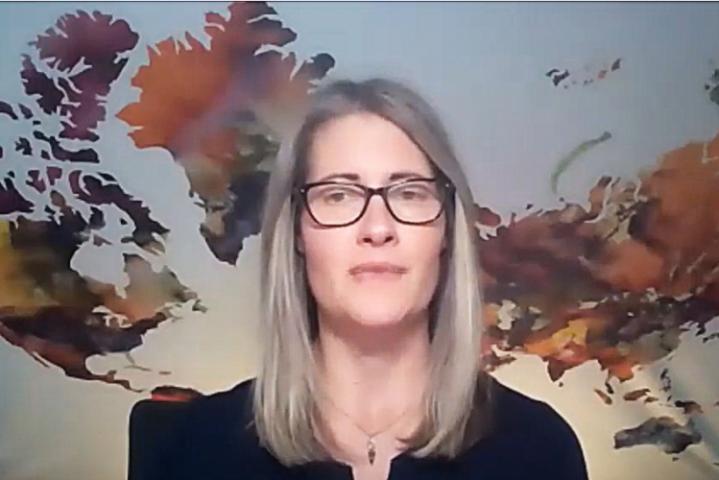 Capture d'écran d'une femme donnant une conférence